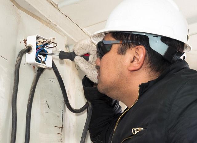Experten für Elektroinstallation – elektrische Verdrahtung – richtige Handhabung von Werkzeugen